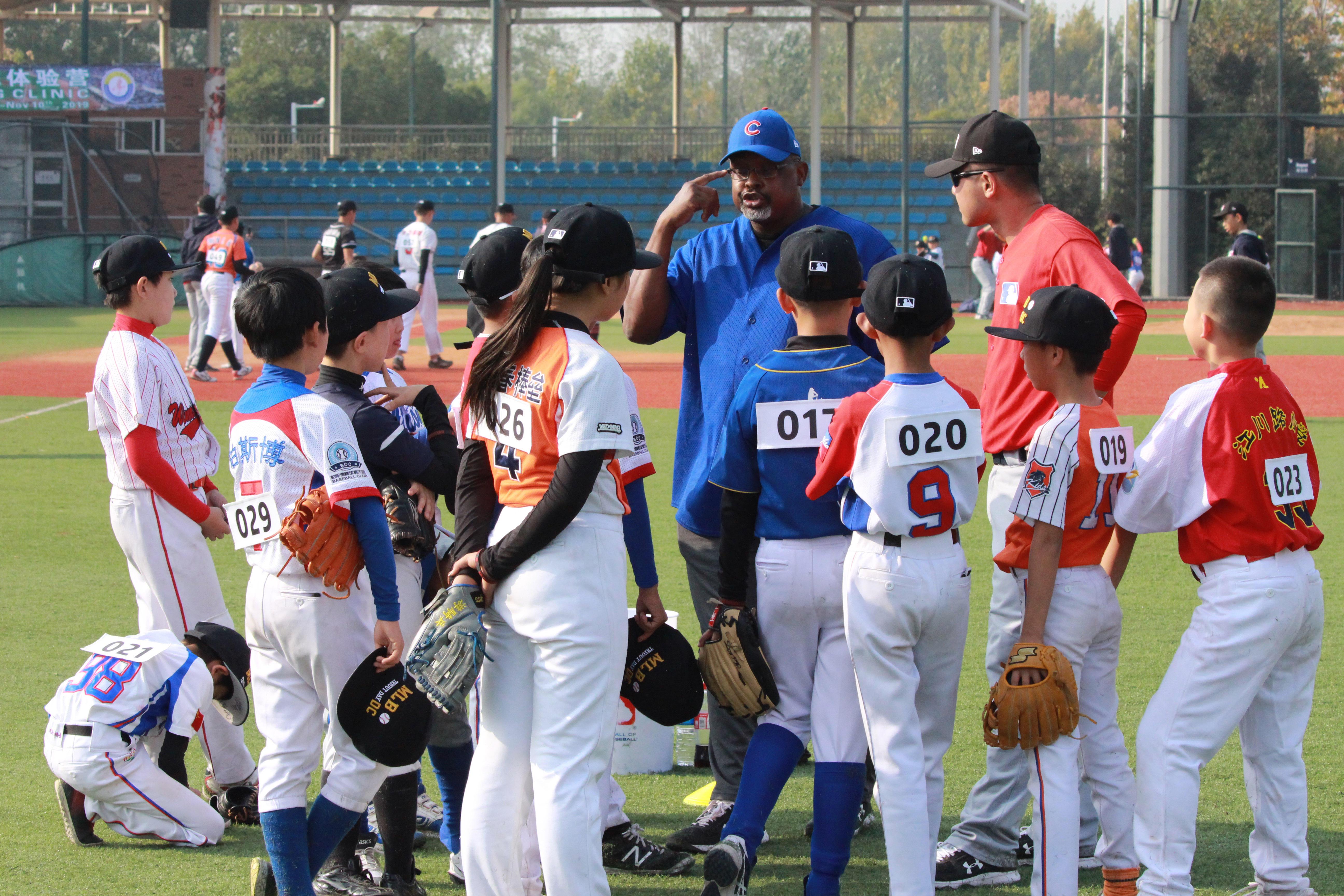 查克-麦克尔罗伊与小选手们训练交流