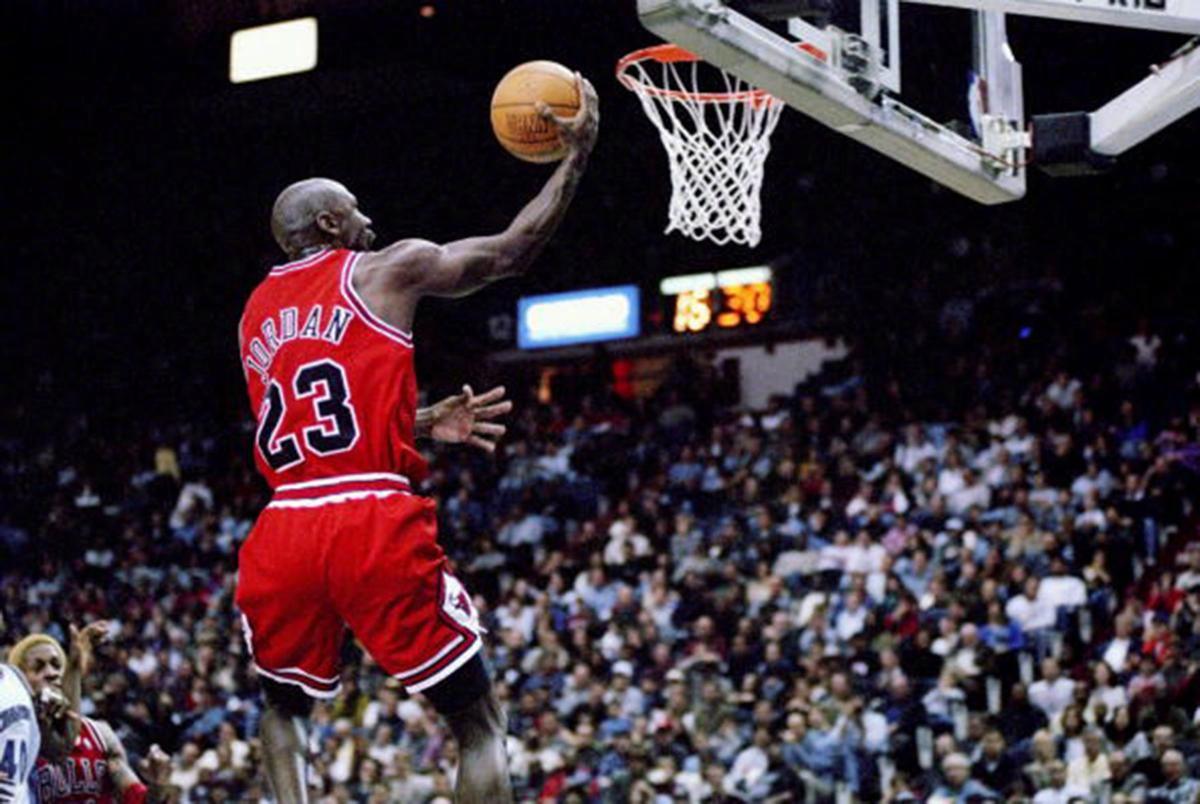 蝉联MVP+FMVP有多难?NBA前史仅2人做到,奥拉朱旺曾险些达到 