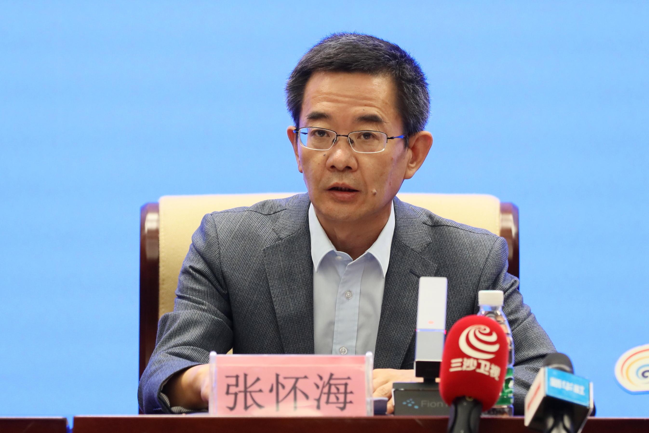 图片:中共海南省委宣传部副部长张怀海致欢迎辞