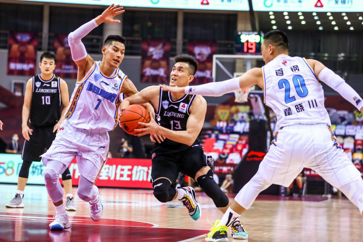 纵观目前整个CBA联盟的争冠形势来看,广东新疆排在前两位