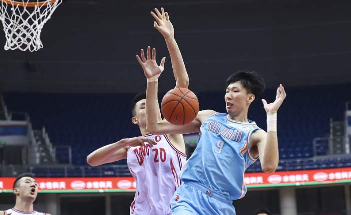 新疆男篮凭借第四节的反扑,最终以95-90艰难逆转青岛男篮
