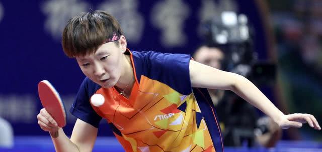 2020年国际乒联德国公开赛女单半决赛,中国队的1999年出生的新人王曼昱以2-4不敌即将30岁的队长丁宁