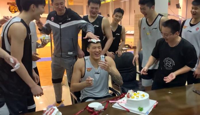 现已开端集训的广东宏远为几位球员一起过生日,原本这一天是任骏飞的生日