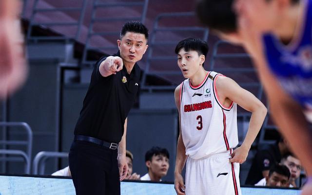 成熟了?男篮国家队结束集训,胡明轩谈杜锋严峻经验:我们是兄弟