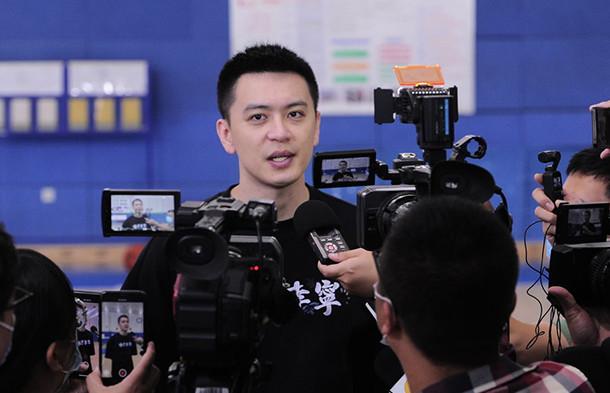 杨鸣揭露练习日接受媒体采访