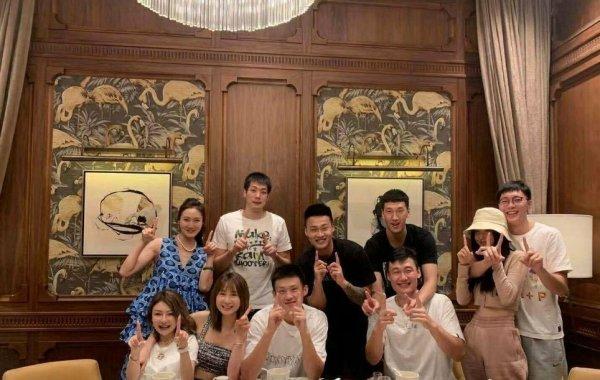 中国男篮当红国手官宣爱情,女友长相俊美,网友:到爱情年岁了