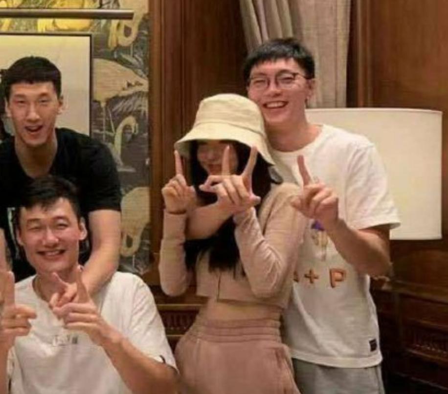 中国男篮当红国手官宣恋情,女友长相秀美,网友:到爱情年岁了 