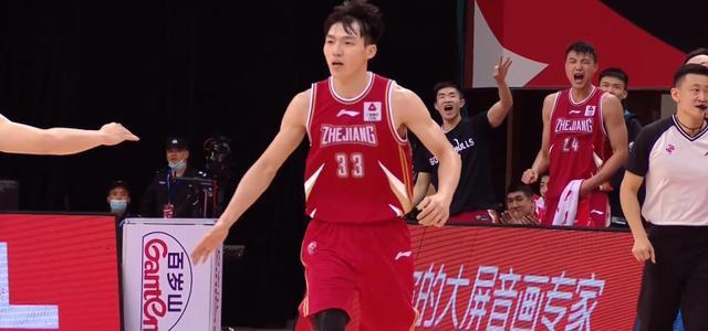 吴前在首钢男篮具有压迫性的防守下很难取得从容出手的机会