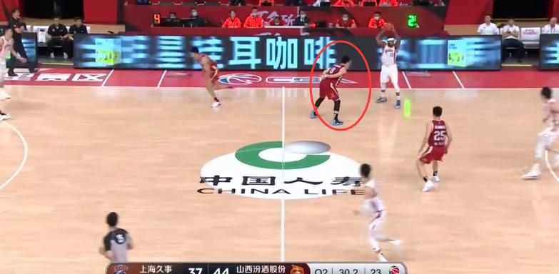 情绪消极!刚第二场比赛,张宁就上演背手防守,当自己是易建联?