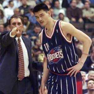 当年姚明因为不扣篮,导致全队被罚折返跑是怎样一回事?