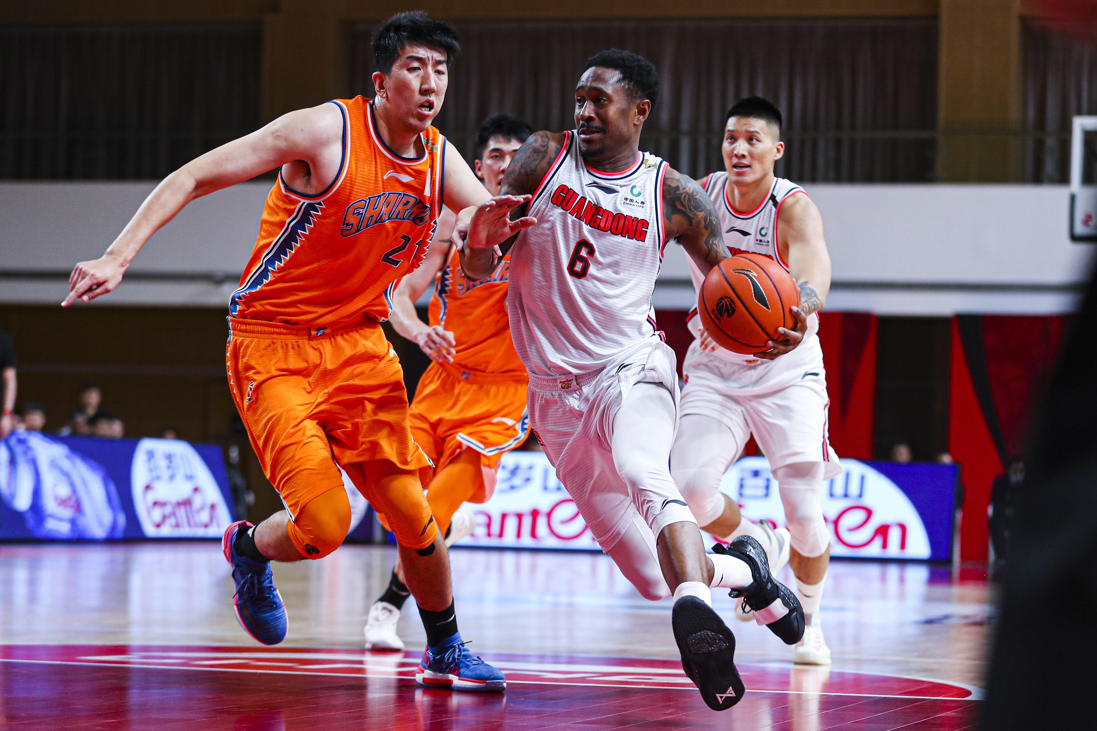 广东男篮在常规赛第八轮惊险打败了实力不俗的北京首钢男篮