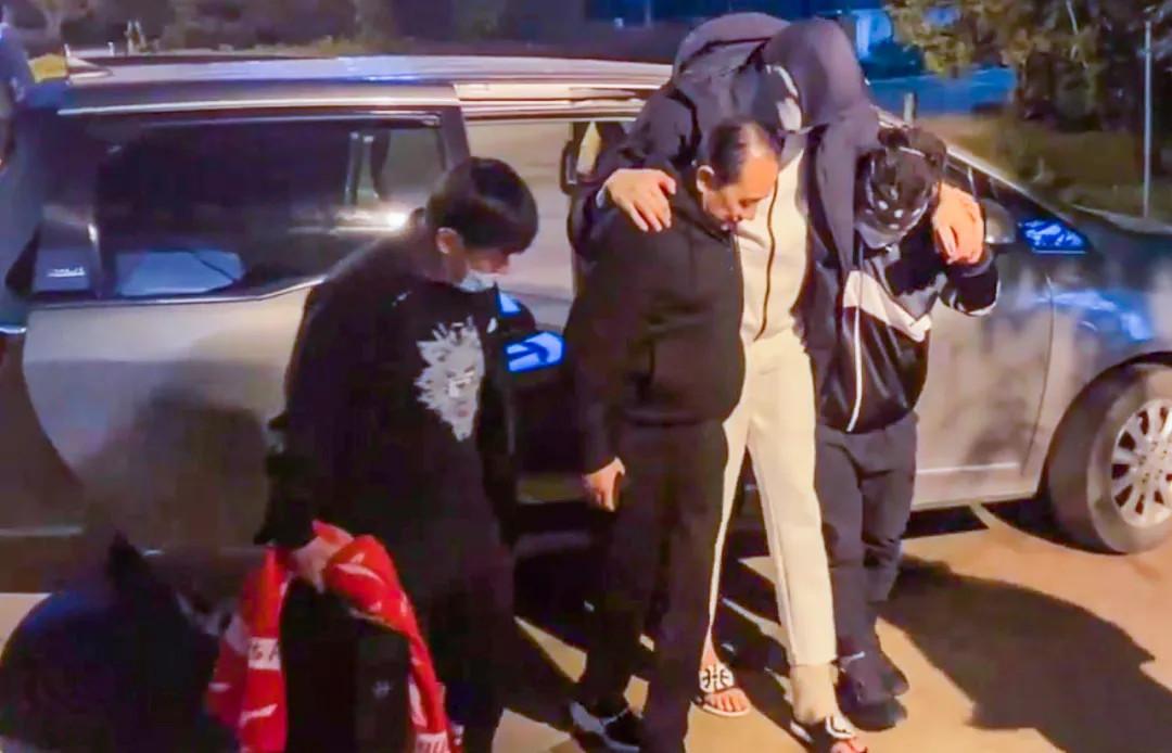 周琦被新疆男篮董事长搀扶回房间