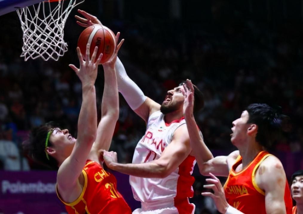 中国男篮羞耻时刻!35岁外援巨星32+17+13,中国5大巨人缴枪投降