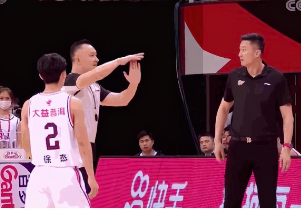 特别是被用在现役中国男篮国家队主帅的身上更是史无前例
