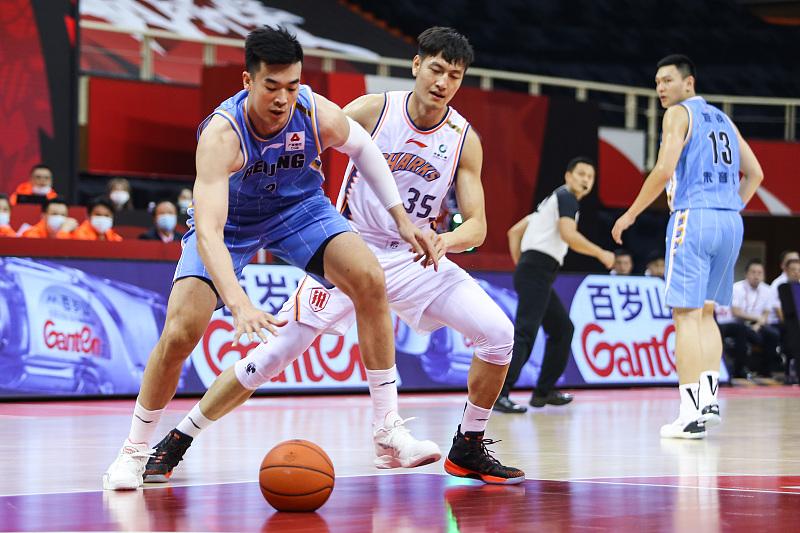 CBA第一阶段完毕!上海男篮选秀懊悔吗?状元郎场均4.6分1.9篮板 