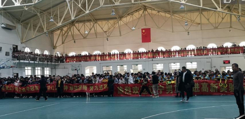 画面中咱们看到辽宁队球员和小朋友们坐在一起合影