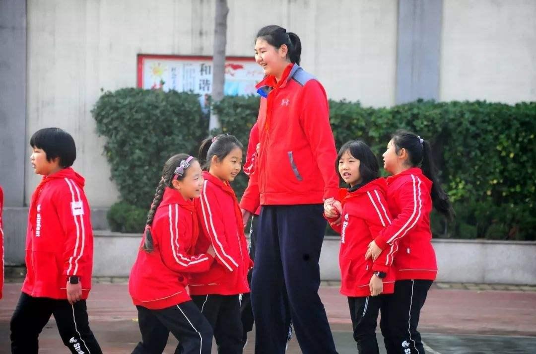 运动天资超强被称为女篮小姚明,现在她才13岁啊!