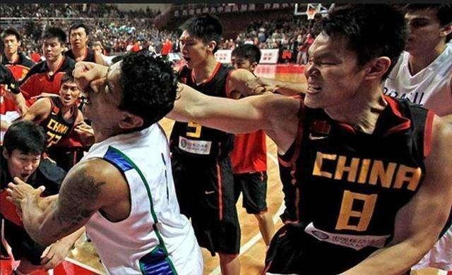 江西业余篮球比赛迸发冲突,裁判被追打,球迷怒斥裁判太黑   