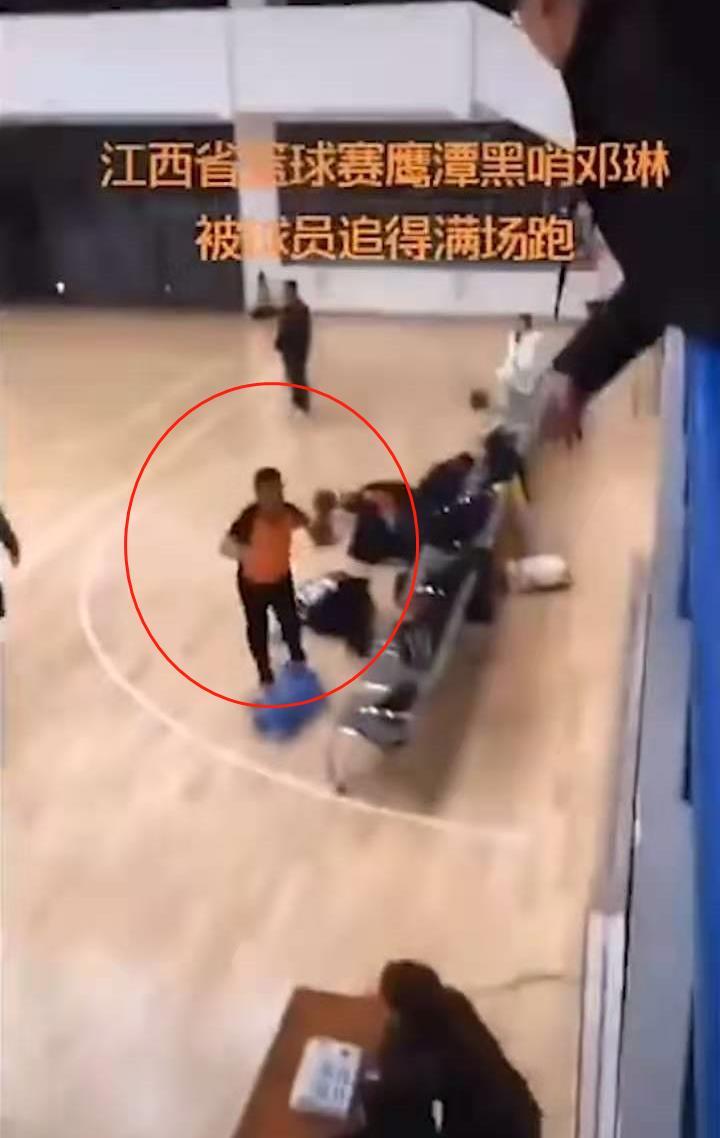 江西业余篮球比赛爆发抵触,裁判被追打,球迷怒斥裁判太黑