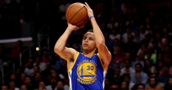 库里改变了篮球的打法,过去三分不是首要进攻手段