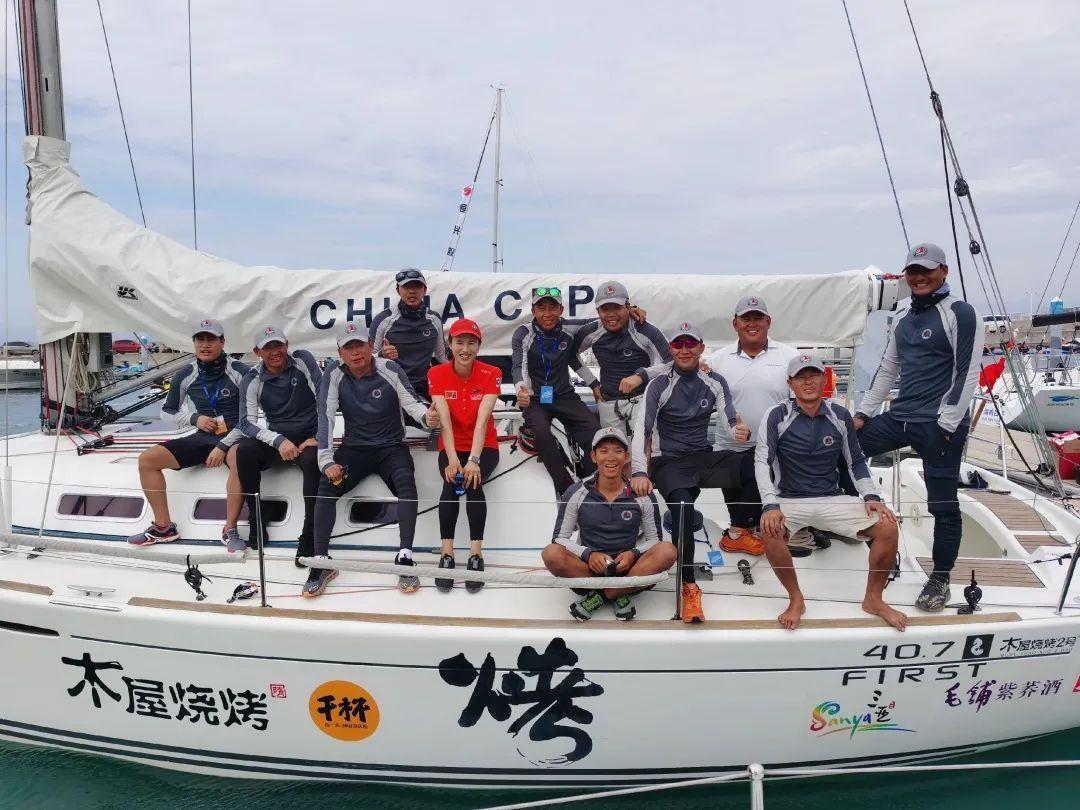 奥运帆船冠军徐莉佳与木屋烧烤队合影。
