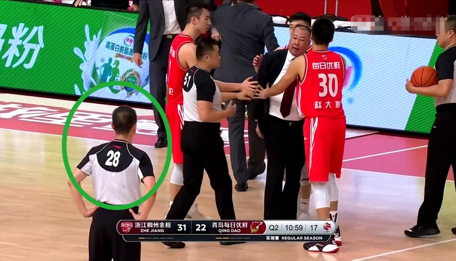 青岛男篮主教练不满判罚被驱逐,大闹技能台+破口大骂:他报复我