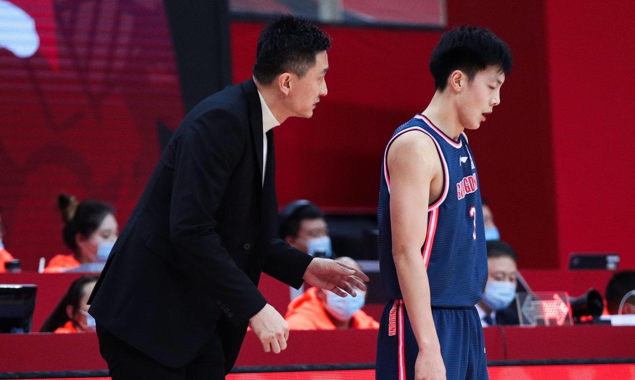 王骁辉是首钢队的球员,但是由于他一次次的恶意犯规