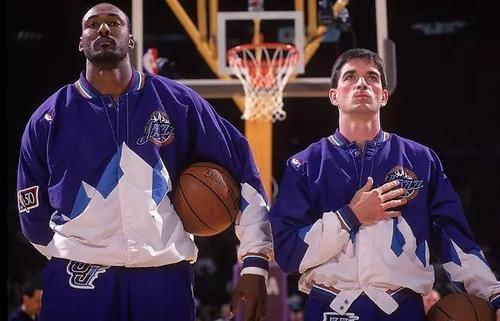 笔者谈到在NBA曩昔40年中只要18人拿过得分王,其中乔丹一个人就拿了10个  
