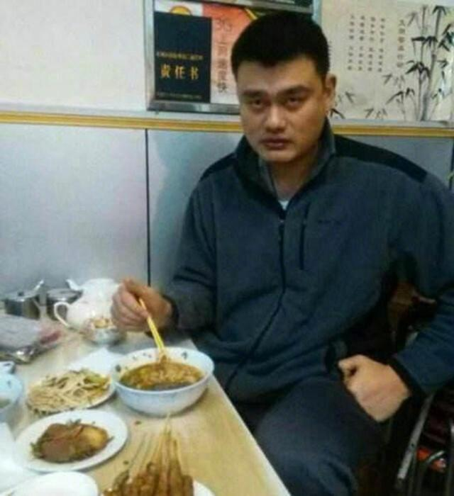 姚明接地气吃大排档,网友:凭啥喷周琦?