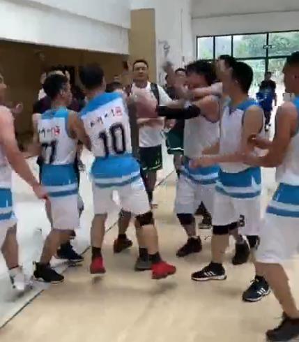篮球赛场又出现暴力事件,3名裁判惨遭参赛者群殴,场面非常紊乱