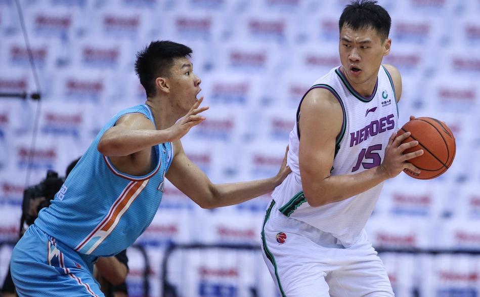 27分钟12分7篮板!范子铭无缝衔接周琦,新疆男篮会顶薪续约吗?