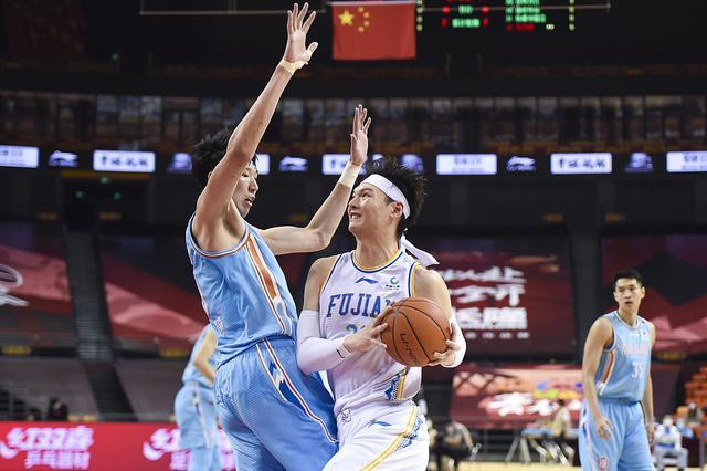 第一中锋之争,周琦攻防两头碾压王哲林,不愧是打过NBA的人     