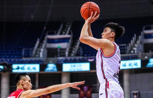 技术日臻全面,广东22岁后卫稳步提高,他有望重返国家队?