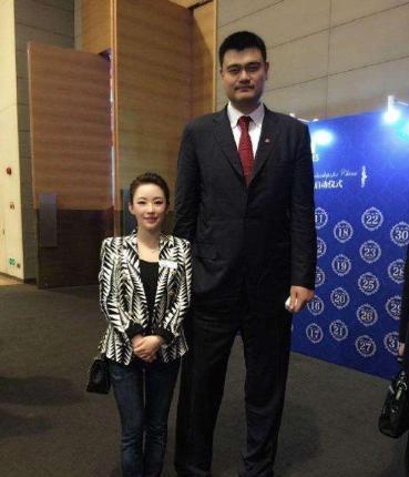 世界第一巨人有多高,姚明站他旁边也成1米7?站着扣篮都不用踮脚