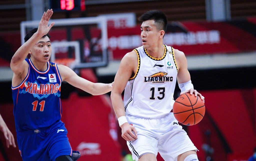 马布里是球员的时分李春江是主教练,如今马布里走上了教练岗位
