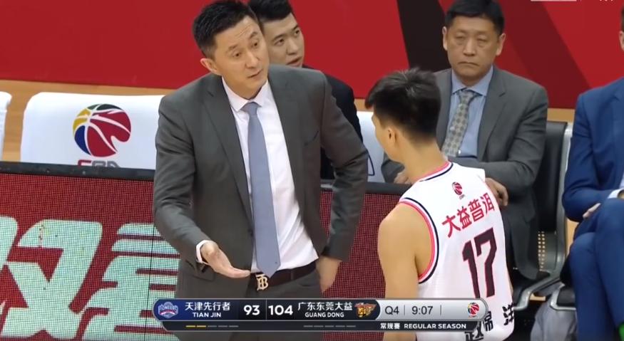 广东打败天津!张昊抢下13个板,赵锦洋被批评,赵睿扮演球队大哥   