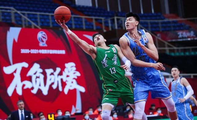 北京队有意放慢节奏,与辽宁队渐渐磨,整个上半场落入了北京队的节奏