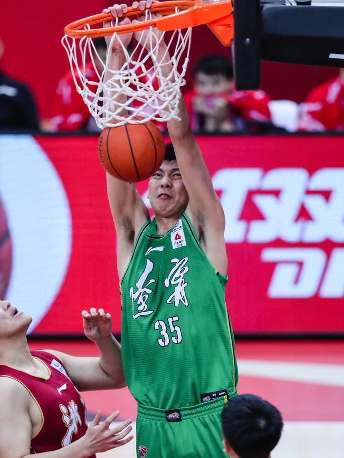 辽宁男篮阵中的山东大汉朱荣振再一次引来了迸发