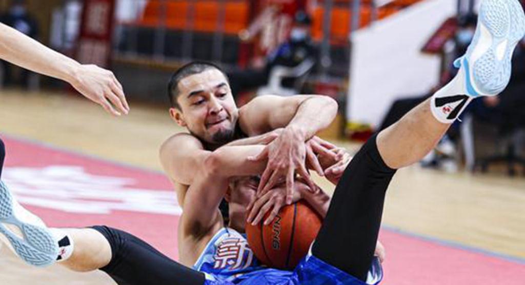 脱离新疆男篮很正确!从球队老将成为中心,妻子有异域风情
