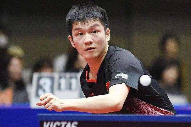 德国公开赛男单1/4决赛,中国选手樊振东迎战德国名将奥恰诺夫。