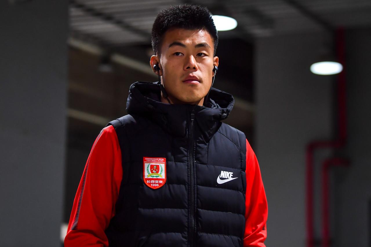 国足对阵上海上港的热身赛中,归化球员洛国富因伤被谭龙换下