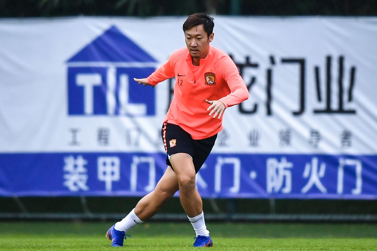 徐新目前一向单独训练,新赛季留守广州队概率在加大 