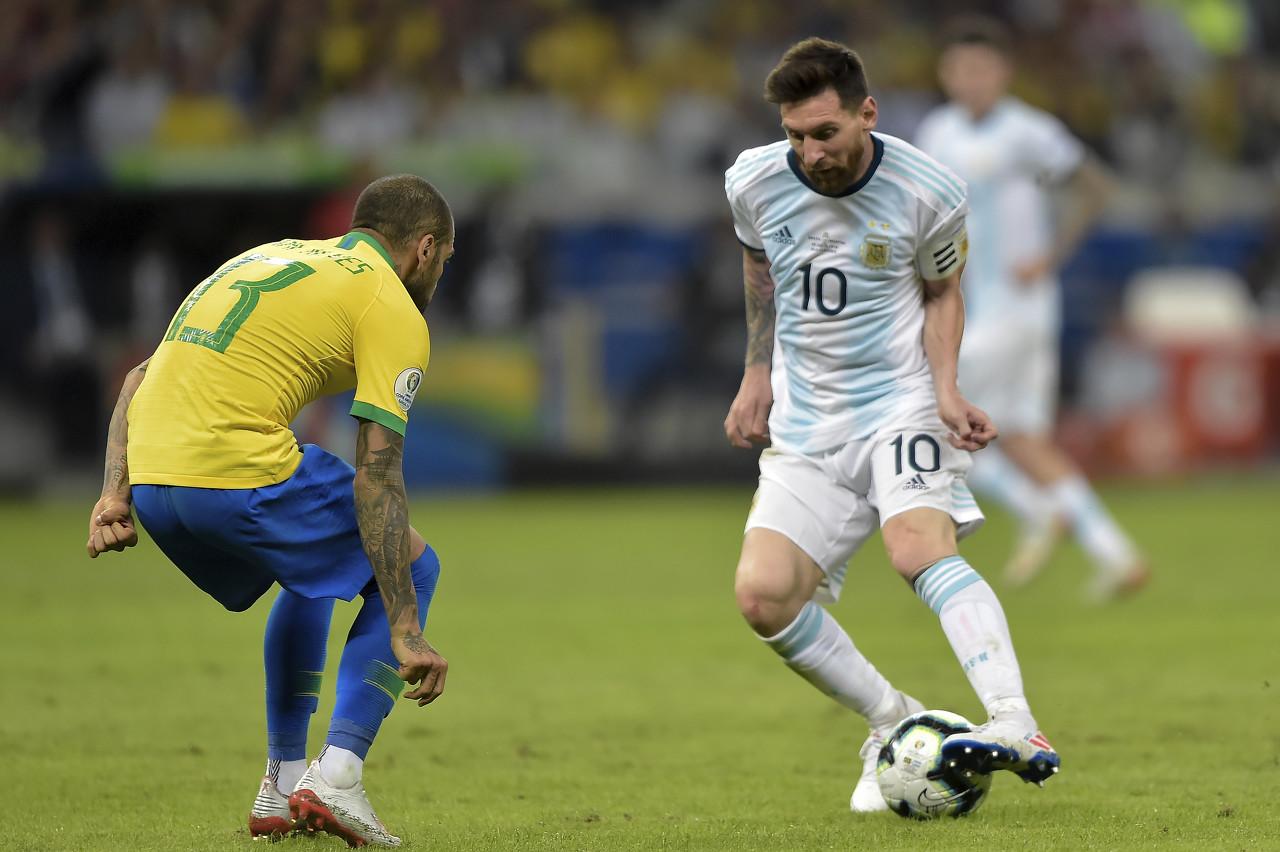 阿尔维斯:梅西的巨大如巴萨队徽相同 我劝梅西留队但他没有回复