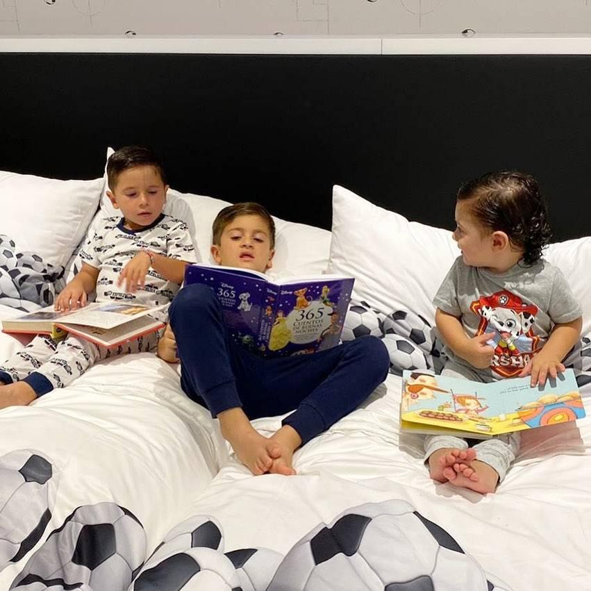 梅西晒三娃读书照提醒大家留在家中,呆萌Ciro把书拿反了