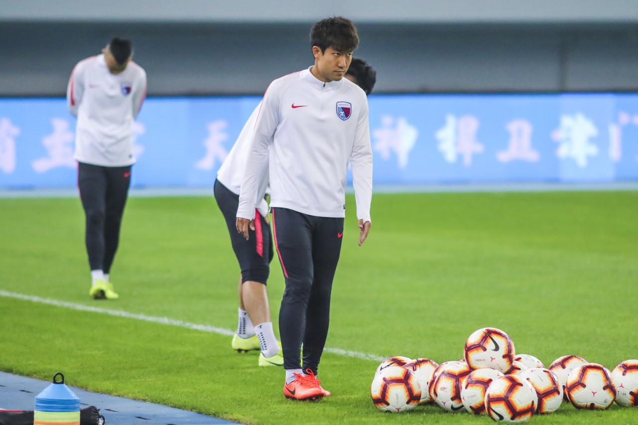 记者:天海一线队成员仅王晓龙&孙学龙签字,另包括三名教练