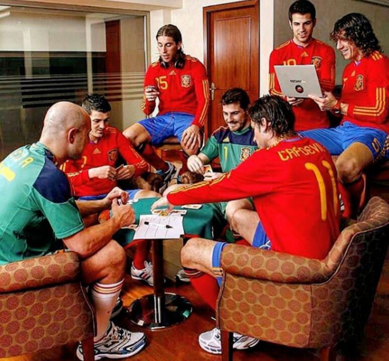 卡西晒照回想08年欧洲杯夺冠:那支西班牙有些特别的东西在