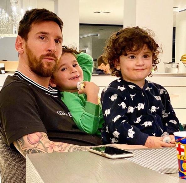 敞开圣诞假期!梅西和他的家人现已抵达阿根廷罗萨里奥