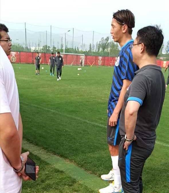 网传杨旭身穿申花球衣参与练习,媒体报道双方正在商洽