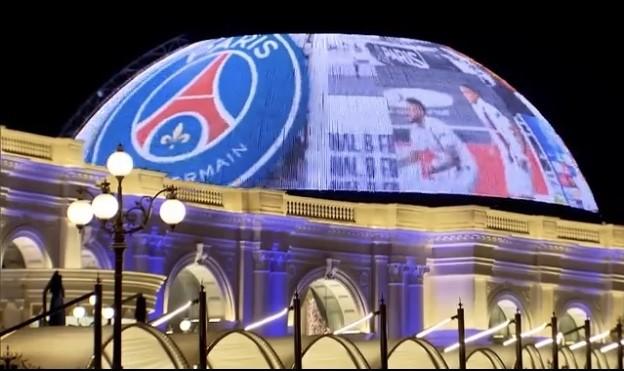 卡塔尔首都市中心点亮红蓝海报,支撑巴黎闯入欧冠决赛