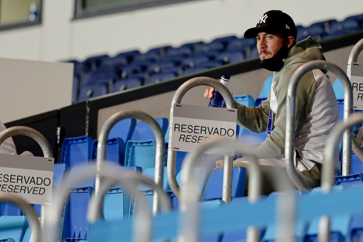 阿扎尔本来估计将缺阵4到6周,不过他已经在训练场上进行恢复性慢跑了  